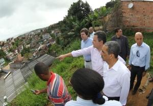 Governador Rui Costa visita Rio Sena e assina ordem de serviço de encosta