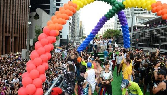Quase 20 trios elétricos animam o público da 21ª Parada do Orgulho LGBT, na Avenida PaulistaRovena Rosa/Agência Brasil