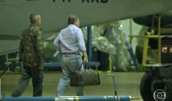 Ex-ministro Geddel Vieira Lima desembarca em Brasília com uma pequena mala e é encaminhado à carceragem da PF (Foto: Reprodução / TV Globo)
